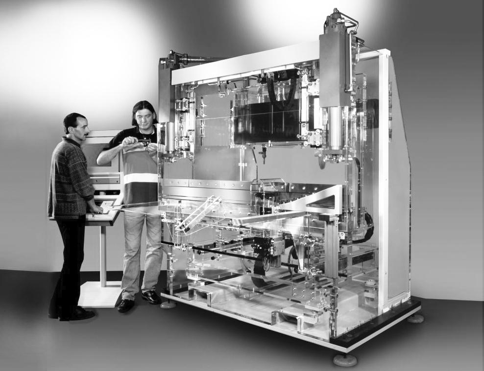M-1-Abkantpresse-aus-Acrylglas-dieses-voll-funktionsfähige-Messemodell-zeigt-die-Komponenten-des-Herstellers-die-sonst-verborgen-bleiben-SW